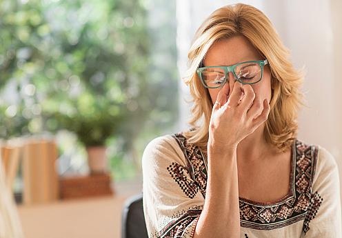 USA, New Jersey, Woman having headache